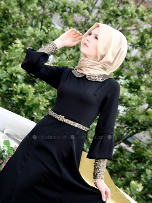 Kolları Ve Yakası Pullu Siyah Elbise